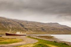 La nave de acero más vieja en Islandia abandonó oxidado en tierra en la hierba Fotografía de archivo libre de regalías