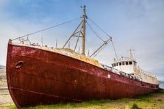 La nave de acero más vieja en Islandia abandonó oxidado en tierra en la hierba Fotos de archivo libres de regalías