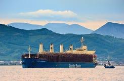 La nave de Alberni del puerto cargó con los registros en el ancla en los caminos Bahía de Nakhodka Mar del este (de Japón) 30 06  Fotos de archivo