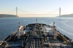 La nave de petrolero está dirigiendo debajo del puente Fotografía de archivo libre de regalías