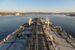 La nave de petrolero está procediendo con el estrecho Fotografía de archivo