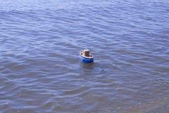 La nave del juguete flota en agua Imagen de archivo