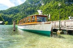 La nave del traghetto del lago Konigssee si è messa in bacino al porto di Schonau, Baviera, Germania Fotografia Stock