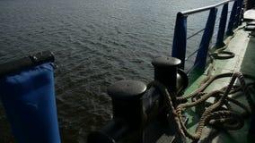 La nave della chiatta nell'acqua della roccia dell'onda del mare porta la spruzzata del carico archivi video