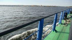 La nave della chiatta nell'onda della roccia del mare porta l'acqua della spruzzata del carico video d archivio