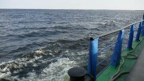 La nave della chiatta nell'onda della roccia del mare porta la spruzzata dell'acqua del carico video d archivio