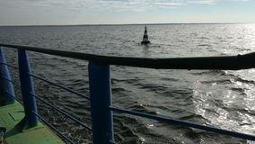 La nave della chiatta nell'onda della roccia del mare porta la spruzzata dell'acqua del carico stock footage