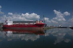 La nave di autocisterna si è messa in bacino nella baia del Galway fotografia stock libera da diritti