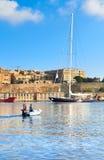 La nave di navigazione entra nella grande baia di La Valletta un giorno luminoso Fotografia Stock Libera da Diritti