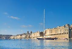 La nave di navigazione entra nella grande baia di La Valletta un giorno luminoso Immagini Stock