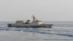 La nave di pattuglia offshore di HTMS Narathiwat OPV 512 della marina tailandese reale naviga nel golfo del Siam immagini stock
