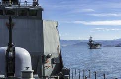 La nave di pattuglia offshore tailandese anteriore di HTMS Narathiwat e JS Ise dietro il distruttore giapponese dell'elicottero n fotografia stock