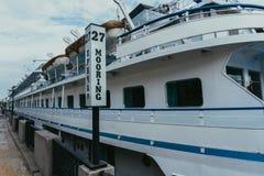 La nave en el embarcadero Foto de archivo libre de regalías