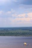 La nave en el río Fotos de archivo