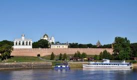 La nave en el río de Volkhov y el Novgorod el Kremlin o Detinets es uno de los monumentos más viejos de los militares Fotos de archivo