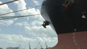 La nave en el timelapse del puerto almacen de metraje de vídeo