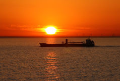 La nave en una puesta del sol. Imagenes de archivo