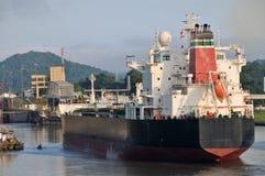 La nave entra en el bloqueo del canal de Panamá Imagen de archivo libre de regalías