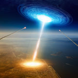La nave espacial de los extranjeros golpea la ciudad grande cerca del mar, invasión de los extranjeros, missil Foto de archivo libre de regalías