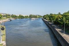 La nave está conduciendo rio abajo después de puerta de agua en Regensburg en el Europakanal Foto de archivo libre de regalías