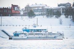La nave está en la litera en el hielo en invierno foto de archivo