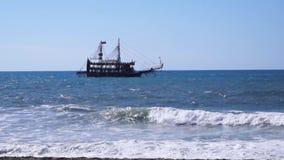 La nave flota por el mar metrajes