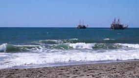La nave flota por el mar almacen de metraje de vídeo