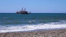 La nave flota por el mar almacen de video