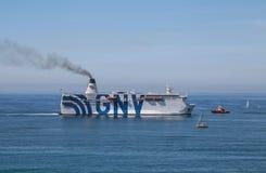 La nave Grandi Navi Veloci de GNV, los pasajeros de un barco de cruceros vuelve al puerto en Génova, Italia foto de archivo libre de regalías
