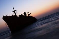 La nave griega en puesta del sol de la isla de Kish Foto de archivo