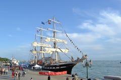 La nave histórica aparejada llena Belem de Greenpeace se ancla como museo del aire abierto para visitar en el lagune de Venecia imagenes de archivo