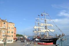 La nave histórica aparejada llena Belem de Greenpeace se ancla como museo del aire abierto para visitar en el lagune de Venecia imágenes de archivo libres de regalías