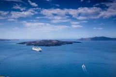 La nave navega en el agua azul hermosa cerca de la isla de Santorini, Imagenes de archivo