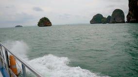 La nave naviga il mare vicino alle isole del calcare della roccia nei tropici archivi video