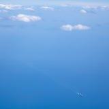 La nave nel mare blu con le nuvole nel cielo blu Fotografia Stock