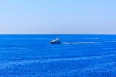 La nave nel mare fuori dal Cote d'Azur in Francia Immagine Stock