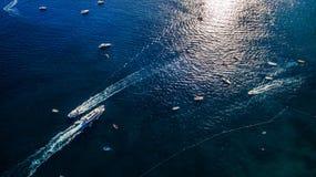 La nave parte dal giro turistico turistico completo dell'yacht del pilastro, il trasporto dell'acqua, traffico, licenza vacanza s immagini stock