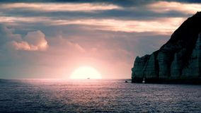 La nave pasa salida del sol en horizonte almacen de metraje de vídeo
