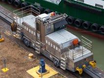 La nave pasa a través de una esclusa en el canal panameño Nave de ventajas panameña del tren a través del canal Fotos de archivo libres de regalías