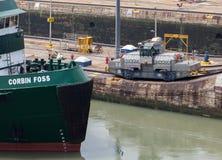 La nave pasa a través de una esclusa en el canal panameño Nave de ventajas panameña del tren a través del canal Imagen de archivo libre de regalías