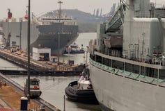 La nave pasa a través de una esclusa en el canal panameño Nave de ventajas panameña del tren a través del canal Fotos de archivo