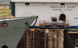 La nave pasa a través de una esclusa en el canal panameño Nave de ventajas panameña del tren a través del canal Imagenes de archivo