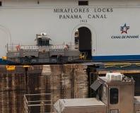 La nave pasa a través de una esclusa en el canal panameño Nave de ventajas panameña del tren a través del canal Fotografía de archivo libre de regalías