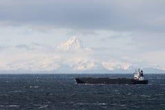 La nave passa da Unimak Island nei Aleutians Fotografie Stock Libere da Diritti