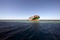 La nave porta-container Amburgo ha attaccato sulla scogliera di Woodhouse. Fotografie Stock