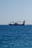 La nave porta-container lascia un porto Immagini Stock