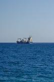 La nave porta-container lascia un porto Fotografia Stock