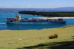 La nave porta-container parte Fotografie Stock Libere da Diritti