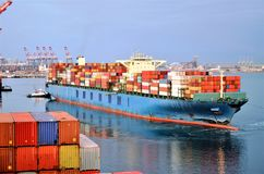 La nave porta-container sta lasciando il porto di Long Beach, la California immagine stock