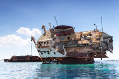 La nave quebrada en el mar Fotos de archivo